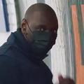 """Omar Sy colle des affiches de """"Lupin"""" dans le métro parisien ni vu ni (re)connu"""
