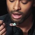 En vidéo, Régé-Jean Page mange un bol de céréales et met ses fans en émoi