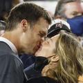 Le baiser de la victoire : Gisele Bündchen se jette dans les bras de son mari Tom Brady au Super Bowl