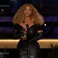 Émue, Beyoncé devient l'artiste féminine la plus couronnée de l'histoire des récompenses