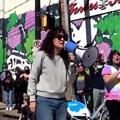 """""""Je suis fière d'être asiatique !"""" : l'actrice de """"Grey's Anatomy"""", Sandra Oh crie sa rage dans les rues de Pittsburgh"""