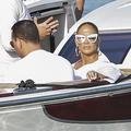 Robe de mariée et rangers aux pieds : Jennifer Lopez sous les tropiques, au bord d'un lagon