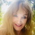 """""""Sauvage comme une mariée"""" : une nouvelle vidéo déconcertante de la planète Arielle Dombasle"""