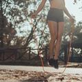 Cinq exercices à faire avec une corde à sauter