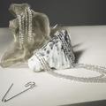 """Spotted : les diamants De Beers au cou d'Emma Thompson dans le film """"Cruella"""""""