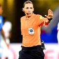 Stéphanie Frappart, la pionnière qui va arbitrer un match de l'Euro