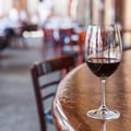 Pourquoi choisir le deuxième vin le moins cher de la carte est une bonne idée