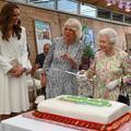 Elizabeth II insiste et s'empare d'une épée pour découper un gâteau