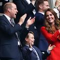 Le prince George, 7 ans, un futur roi en costume dans les tribunes de l'Euro de football