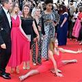 Le dernier chic à Cannes : faire le grand écart sur le tapis rouge