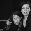 "C'est la fille de Milla Jovovich, Ever Anderson, qui joue Scarlett Johansson jeune dans ""Black Widow"""
