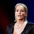 """Sharon Stone affirme recevoir des """"menaces"""" car elle exige que son équipe de tournage soit vaccinée"""