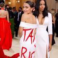 """""""Tax The Rich"""" : la démocrate Alexandria Ocasio-Cortez et son insolente robe à message au milieu des puissants de la mode"""