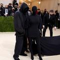 """""""Était-ce Kanye West ?"""" L'invité masqué de Kim Kardashian sème le trouble lors du gala du Met"""