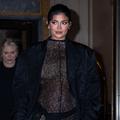 Kylie Jenner enceinte ose la combinaison intégrale en dentelle noire transparente