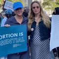 """""""Je n'ai pas d'utérus et elle est enceinte mais nous sommes là"""" : Amy Schumer et Jennifer Lawrence marchent pour le droit à l'avortement"""