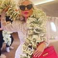 Son truc en thunes : Lady Gaga porte un boa en billets de 100 dollars