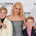 """Kristen Stewart pose avec ses """"enfants"""", les acteurs des princes William et Harry, à la première de """"Spencer"""""""
