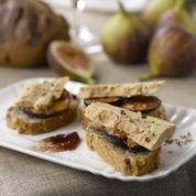 Mini‐tartines de pain aux figues sèches, noisettes et foie gras sur lit de figues rôties
