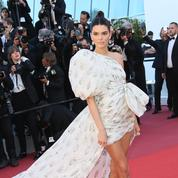 Retour sur... Quand Kendall Jenner sortait en robe à traîne et chaussettes sur tapis rouge à Cannes