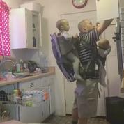Ce père a trouvé une technique pour vider le lave-vaisselle tout en gérant ses enfants