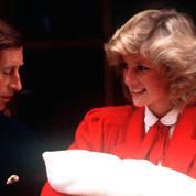 Kate Middleton, en rouge pour présenter son fils, un hommage à Lady Diana ?