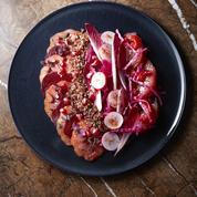 Salade de quinoa rouge monochrome