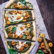Pizza aux mirabelles de Lorraine, pesto vert, burrata, basilic et vinaigre balsamique