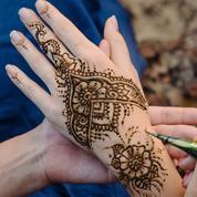 Risques, conseils, recette maison... Tout ce qu'il faut savoir sur le tatouage au henné