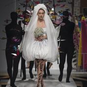 Gigi Hadid, spectaculaire mariée entourée de papillons chez Moschino