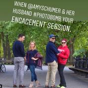 Amy Schumer s'incruste sur la photo de fiançailles d'un couple