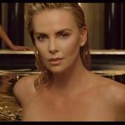 Charlize Theron toute d'or dévêtue dans la nouvelle campagne J'Adore de Dior