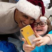 Barack Obama en Père Noël fait une visite surprise à des enfants malades