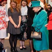 Paniqué par sa rencontre avec Elizabeth II, un petit garçon de 9 ans rampe pour la fuir