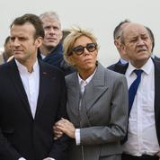 Sans cravate, en chemise col officier, Emmanuel Macron la joue décontracté en Égypte