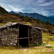 Bannie du village à cause de ses règles, une jeune Népalaise meurt pendant son