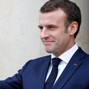Emmanuel Macron en jean large et blouson de cuir, un président en maraude