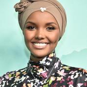 Un mannequin pose en hijab pour