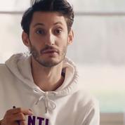 Pierre Niney joue le macho lourdingue dans le dernier clip d'Angèle