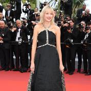 Angèle balance les cœurs en Chanel sur les marches de Cannes