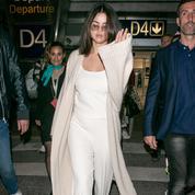 Le total look nude impeccable de Selena Gomez à l'aéroport de Nice