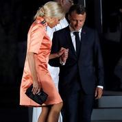 Au Japon, Brigitte Macron ose le fluo et fait encore grimper sa cote mode