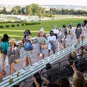 Miu Miu clôt la saison des défilés croisière avec une collection puissante à l'hippodrome d'Auteuil