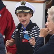 Le prince George joue les apprentis-marins durant une course de bateaux