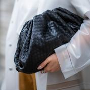 Le match des sacs : le Pouch de Bottega Veneta va-t-il détrôner le Saddle de Dior ?
