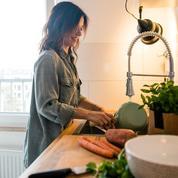 Glaçons, coton-tige, citron… Les astuces infaillibles pour laver ses ustensiles de cuisine