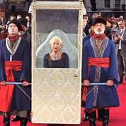 L'arrivée monumentale d'Helen Mirren et ses laquais sur le tapis rouge londonien