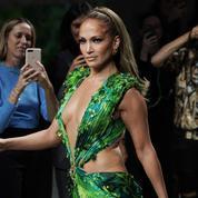 Jennifer Lopez enflamme le défilé Versace dans la