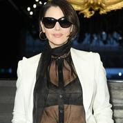 Au premier rang du défilé Dolce & Gabbana, Monica Bellucci adopte le carré court