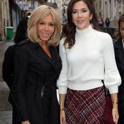 La rencontre chaleureuse de Brigitte Macron et de la princesse Mary de Danemark à Paris